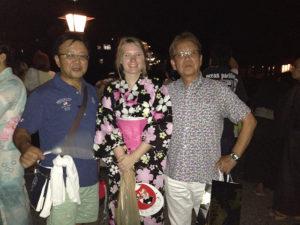 盆踊りに出かけたレオニーと会長とメンバー
